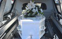 wieniec z szarfą pogrzebową