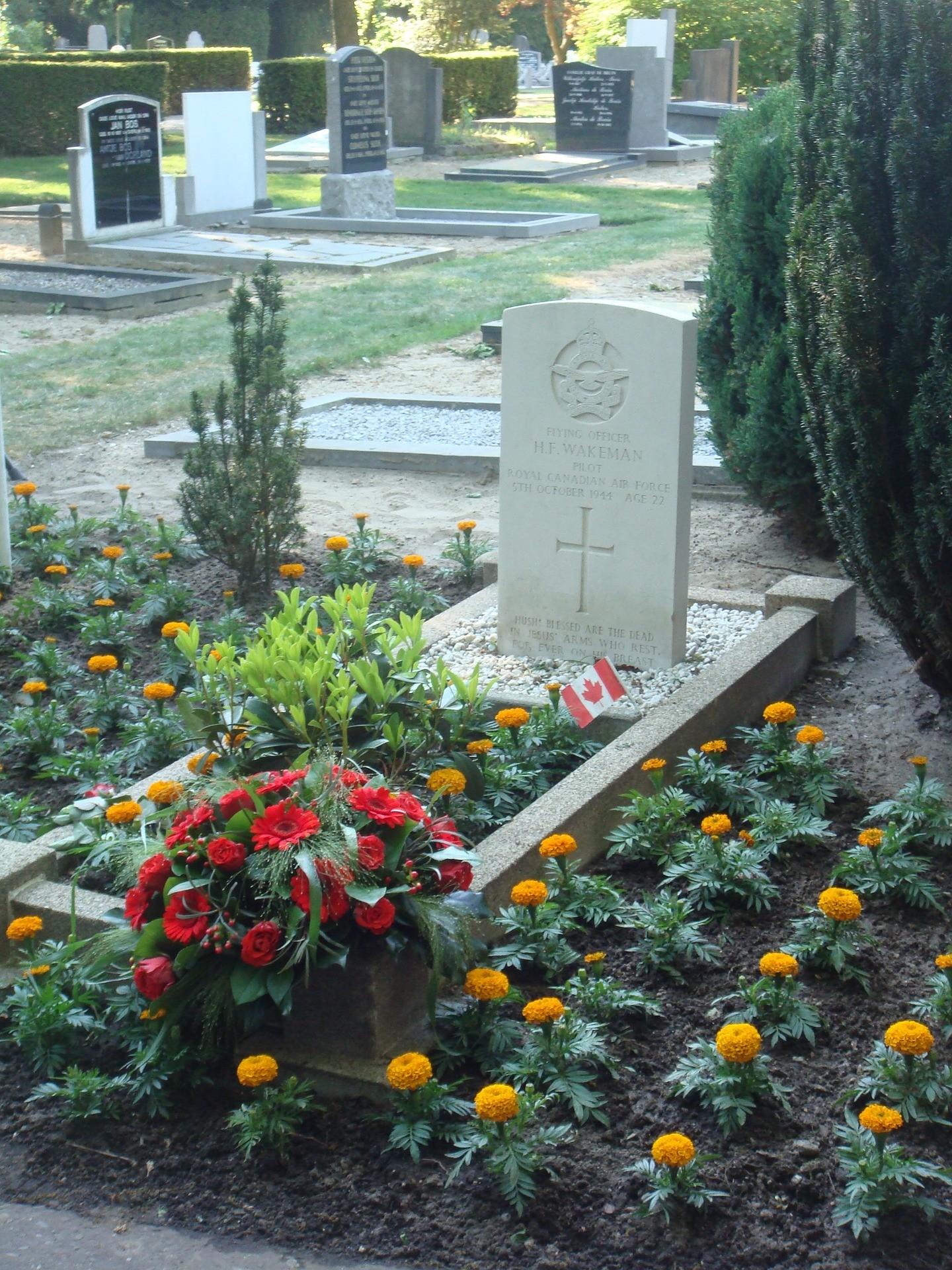 grób i kwiaty